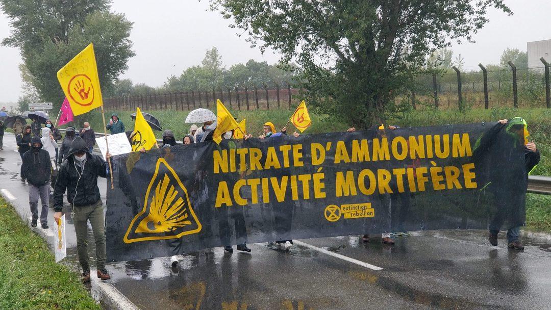 Les manifestants arrivent devant Yara sous une pluie battante